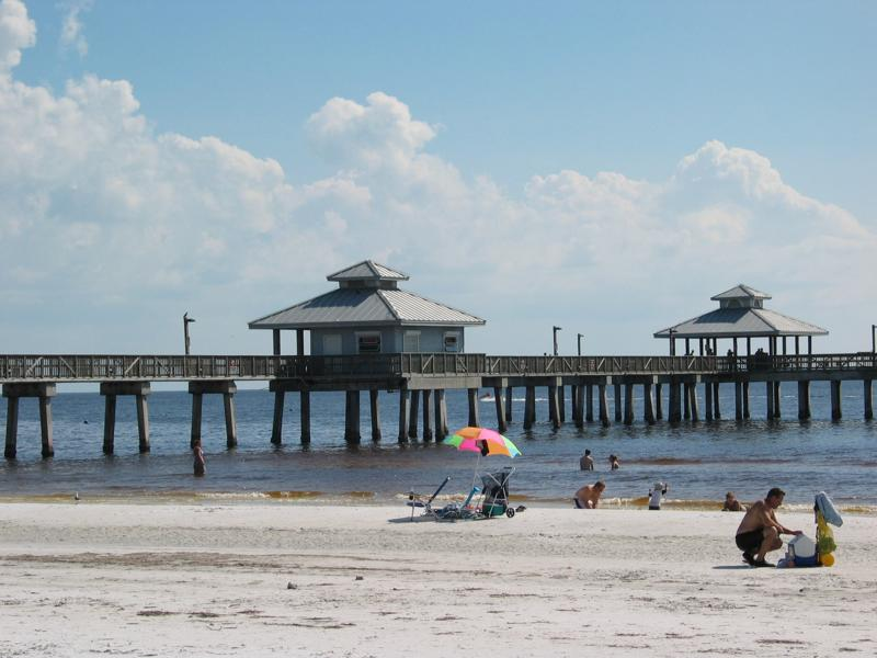 Photos of the fishing pier on fort myers florida for Fort myers beach fishing pier